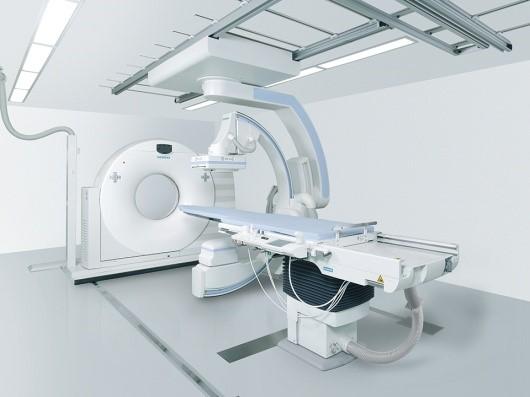 脳血管撮影装置Artis Zee×SOMATOM Scope(Siemens社)。脳血管撮影や脳血管内治療を高精度、かつ迅速に行う。