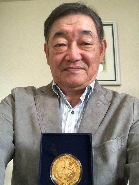 メダルを手にした廣田先生